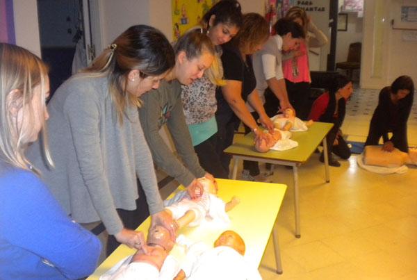 Jard n maternal dejando huellas curso de rcp y primeros for Jardin maternal unlp 2015